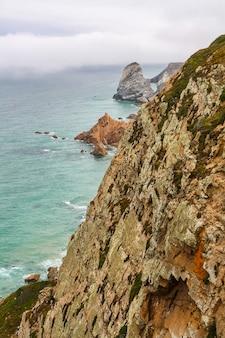Skalne klify nad atlantykiem i mgła w tle na horyzoncie.