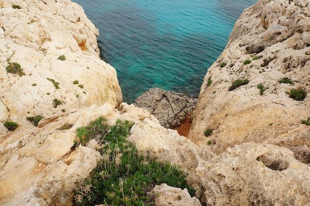 Skały i błękitne morze na cyprze w ciągu dnia