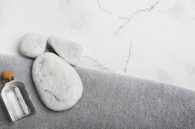 Skały i pojemnik na ręcznik