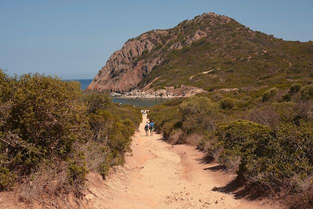 Skały, krystalicznie czysta morska woda i słońce to idealny symbol letnich wakacji w prawdziwym raju