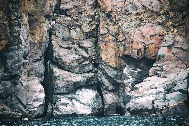 Skały, które wyglądają jak starożytne mityczne stworzenie. być może chroni wejście do jaskini, w której ukryty jest skarb.