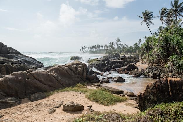 Skały na brzegu oceanu indyjskiego, galle, sri lanka