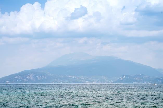 Skały na pięknym brzegu jeziora garda w mieście riva del garda w lombardii we włoszech,