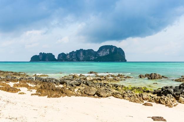 Skały na plaży w tropikalnym morzu przy bambusową wyspą krabi prowincja