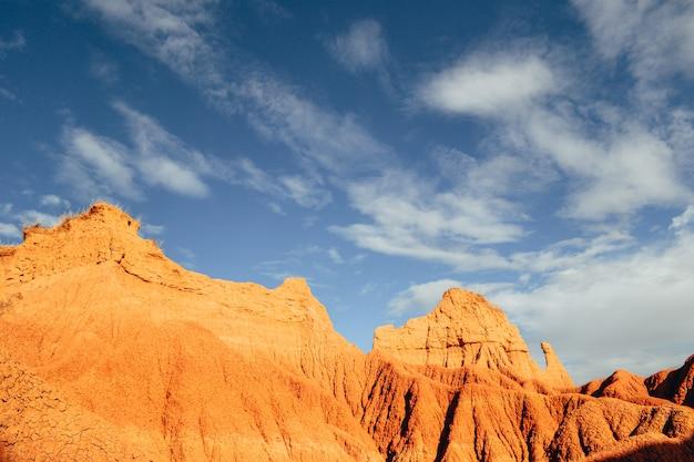 Skały na pustyni tatacoa, kolumbia pod zachmurzonym niebem