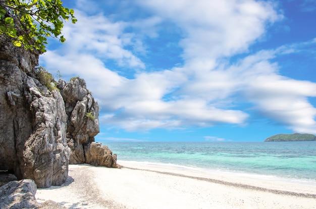 Skały na tle plaży morze i wyspa w koh lankajiu, chumphon, tajlandia.