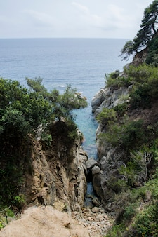 Skały na wybrzeżu lloret de mar. nabrzeże lloret de mar costa brava hiszpania.