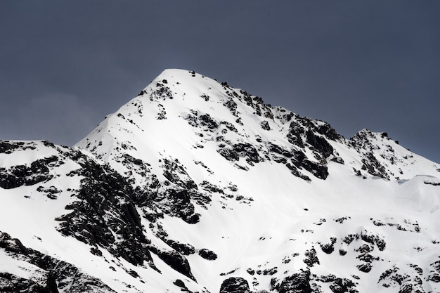Skały pokryte śniegiem w słońcu