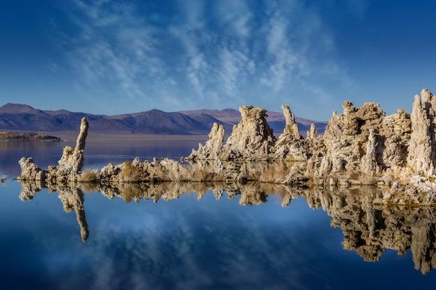 Skały tufowe w jeziorze mono calif mono