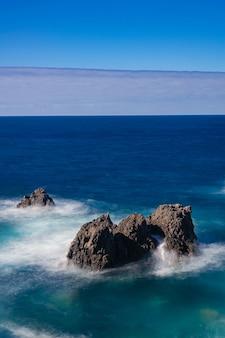 Skały wulkaniczne na oceanie atlantyckim, icod de los vinos, teneryfa, wyspy kanaryjskie, hiszpania
