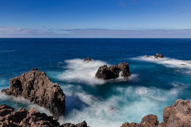 Skały wulkaniczne w oceanie atlantyckim, icod de los vinos, teneryfa, wyspy kanaryjskie, hiszpania
