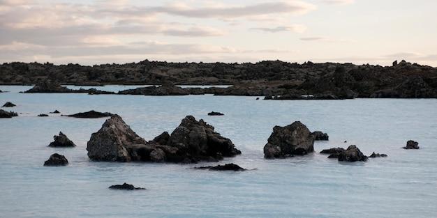 Skały wznoszą się od wody wzdłuż brzegu laguny