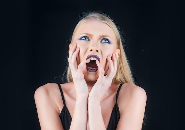 Skandaliczna koncepcja kobiety z krzyczącą twarzą