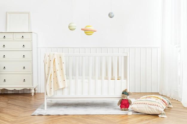 Skandynawska sypialnia dziecięca z łóżeczkiem