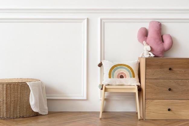 Skandynawski pokój zabaw dla dzieci z drewnianymi meblami