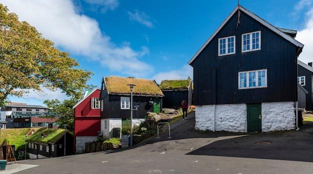 Skandynawskie domy wyspiarskie z dachami z trawy, które są powszechne na wyspach