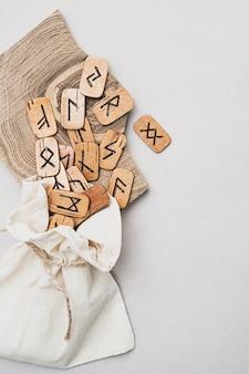 Skandynawskie drewniane runy ręcznie robione wykrojniki w lnianej torbie