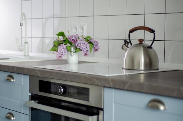 Skandynawskie wnętrze kuchni z akcesoriami kuchennymi.