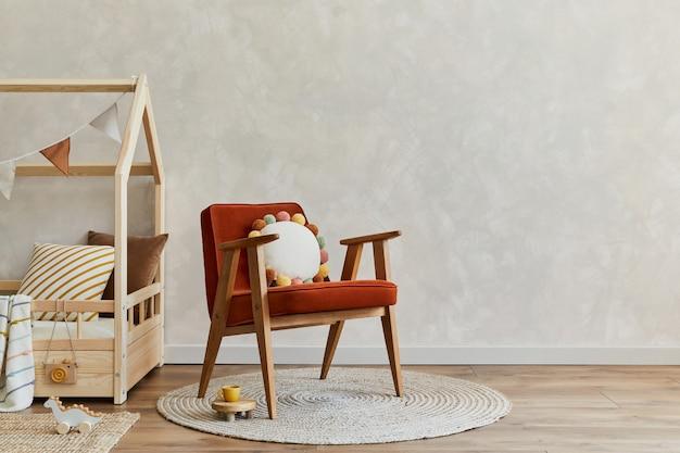 Skandynawskie wnętrze pokoju dziecięcego z zabawkami do łóżka i dekoracjami tekstylnymi kopiuje szablon przestrzeni