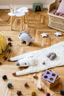 Skandynawskie wnętrze z meblami zabawkami i akcesoriami w nowoczesnym wystroju do pokoju dziecięcego