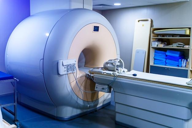 Skaner ct. tomografia komputerowa na białym tle. zeskanuj tło pokoju. ukośny widok. koncepcja technologii medycznej. ścieżka przycinająca.