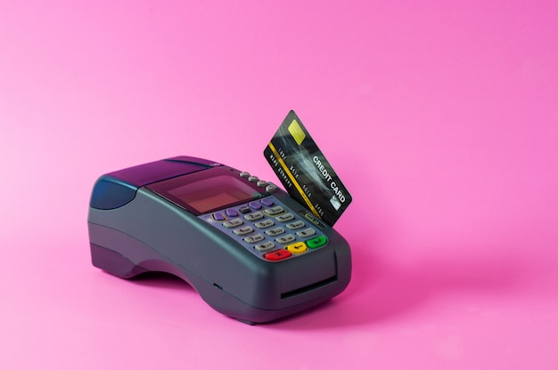 Skaner kart kredytowych i kart kredytowych na różowym tle