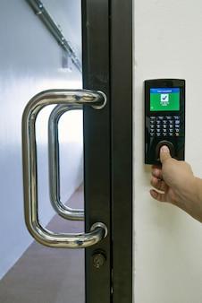 Skanowanie palcem dla otwartych drzwi kontroli dostępu