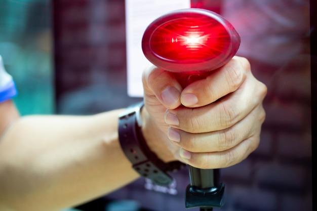 Skanuj czerwone światło laserowe kodu kreskowego na etykiecie produktu