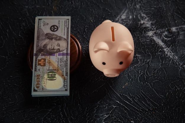 Skarbonka i banknot dolara na stanowisku sędziego