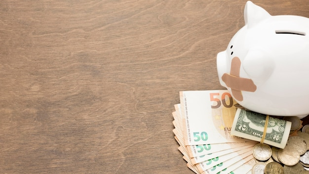 Skarbonka i banknot pieniądze kopia przestrzeń