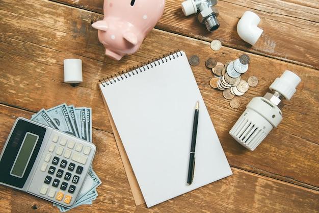Skarbonka i kalkulator z systemem ogrzewania na stole
