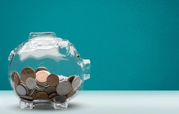 Skarbonka i monety na tle