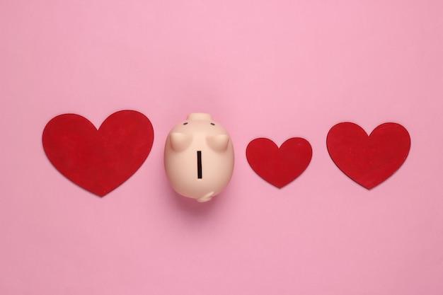 Skarbonka i serca na różowym pastelu