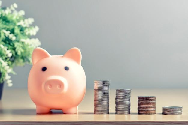 Skarbonka z oszczędzaniem pieniędzy na bogactwo stale rośnie.