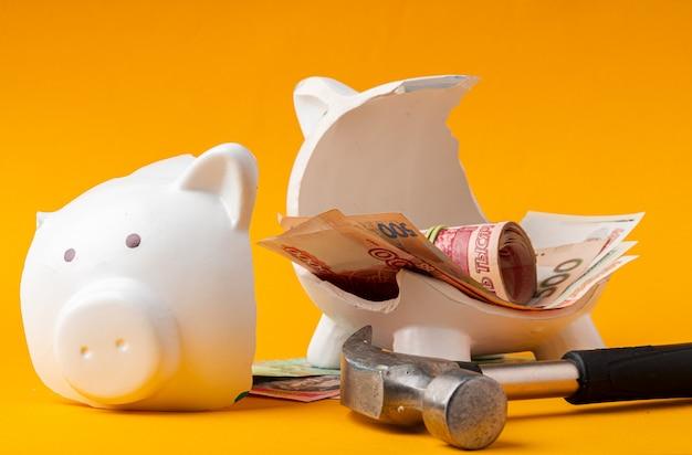 Skarbonka z pieniędzy rosyjskich rubli, dolarów amerykańskich i hrywny ukraińskiej. koncepcja oszczędności