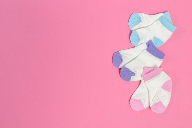 Skarpetki dziecięce na różowym copyspace