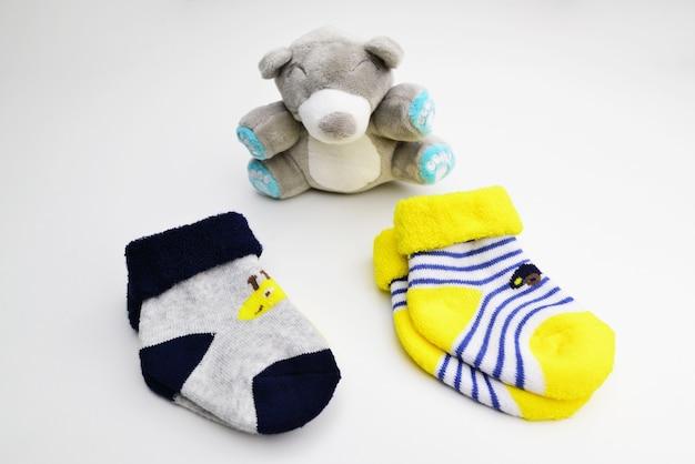 Skarpetki niemowlęce na białym tle skarpetki noworodka para małych skarpetek dziecięcych