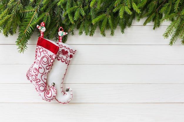 Skarpety świąteczne na białym drewnianym