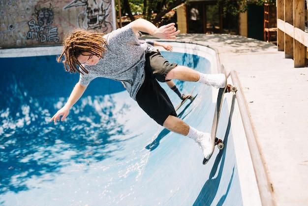 Skateboarder rozpoczynający jazdę kaskaderską