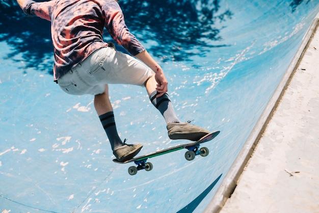 Skateboarder skoki na ziemi