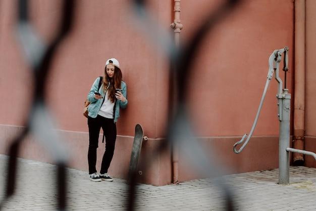Skater dziewczyna w miejskich długich ujęciach