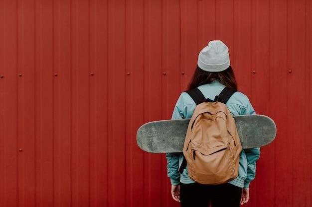 Skater dziewczyna w miejskich od tyłu przestrzeni kopii