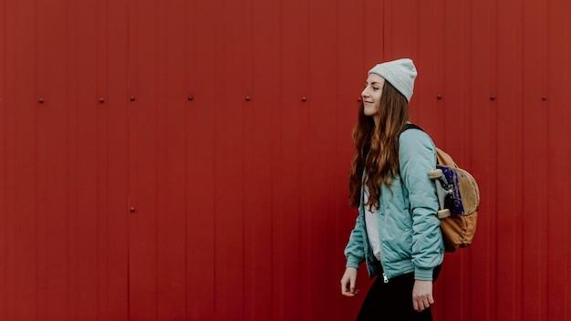Skater dziewczyna w miejskiej bocznej przestrzeni kopii