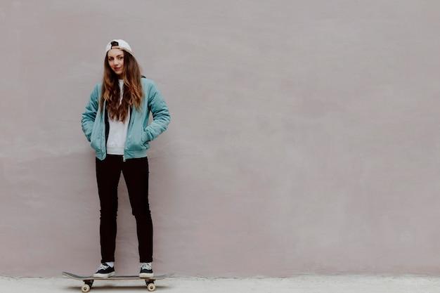 Skater dziewczyna w przestrzeni miejskiej kopii
