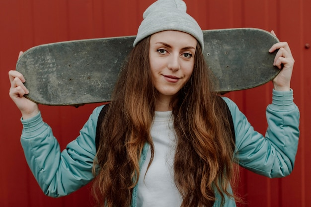Skater dziewczyna w widoku z przodu miejskich
