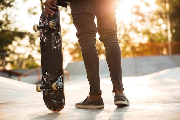 Skater młody afrykański mężczyzna