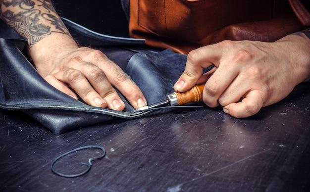 Skinner pracuje nad nowym produktem skórzanym w garbarni.