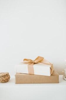 Skład boże narodzenie nowy rok. ręcznie robione pudełka na prezenty ferii zimowych na białym tle