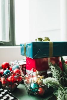 Skład boże narodzenie nowy rok. świąteczne, ręcznie robione pudełka na prezenty, pakowane w papier w kolorze czerwonym i niebieskim