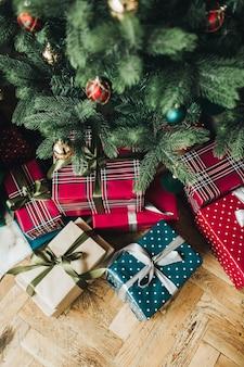 Skład boże narodzenie nowy rok. świąteczne, ręcznie robione pudełka na prezenty w kolorze czerwonym
